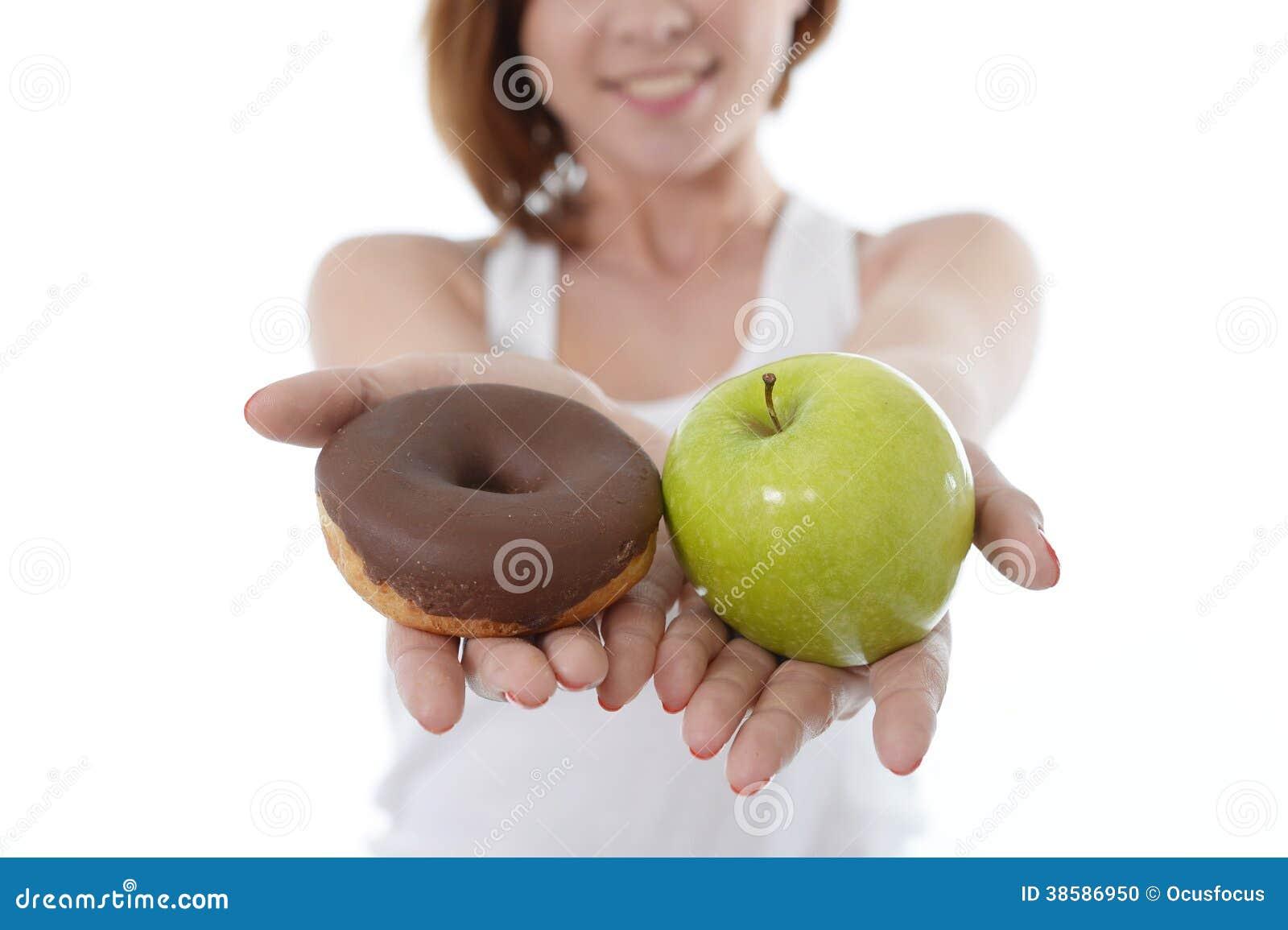 Kvinna med Apple och chokladmunk i händer