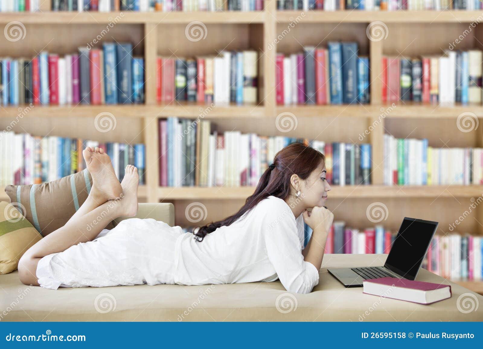 Kvinna med bärbar dator i arkiv