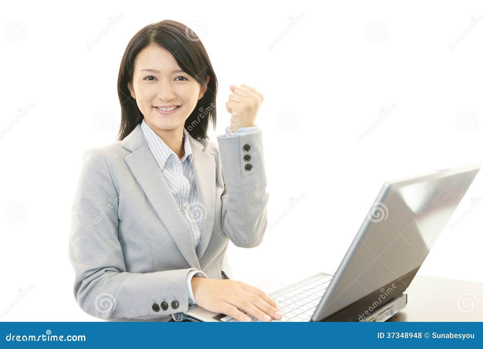 Kvinna med bärbara datorn