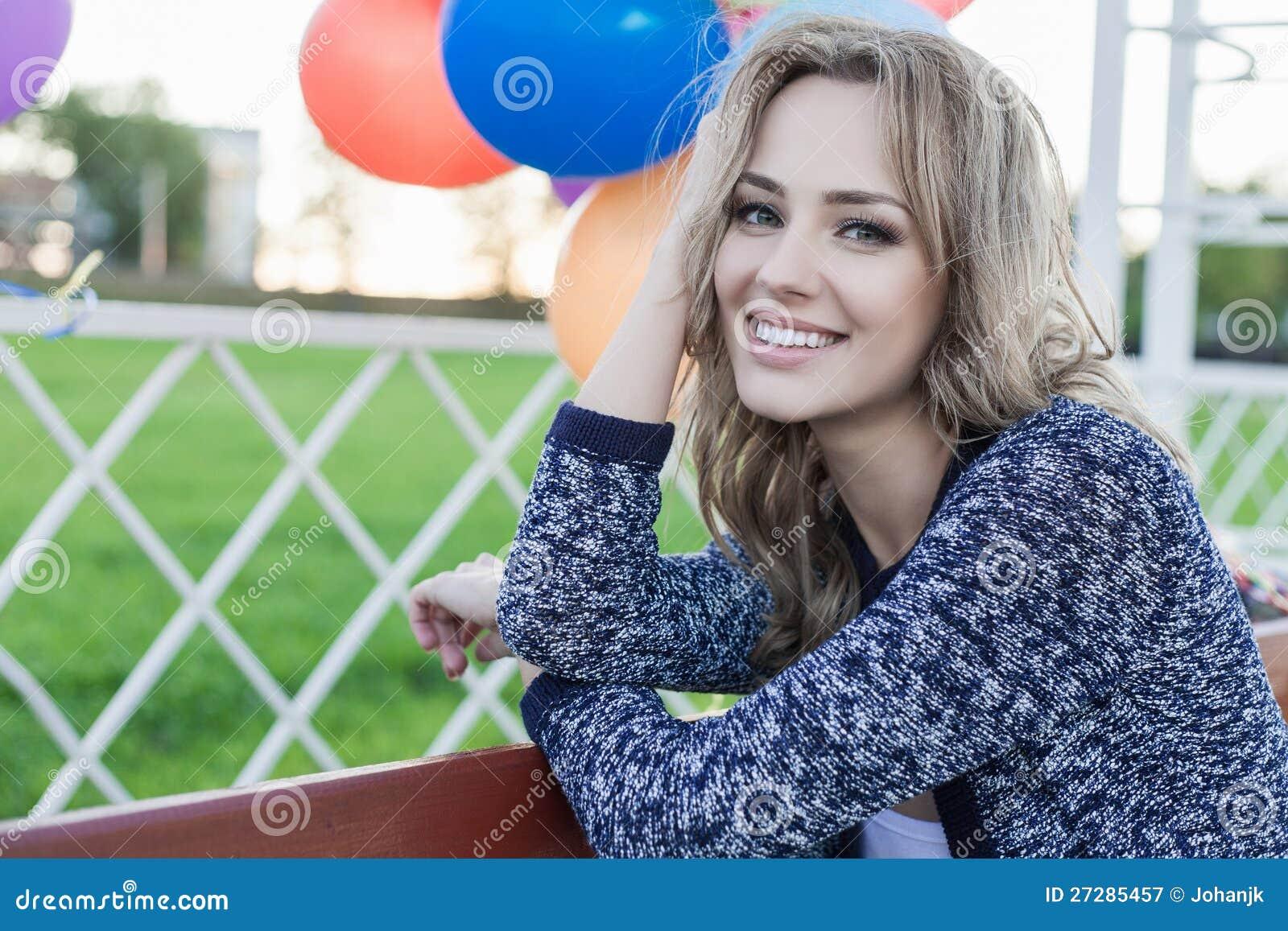 Kvinna med ballonger
