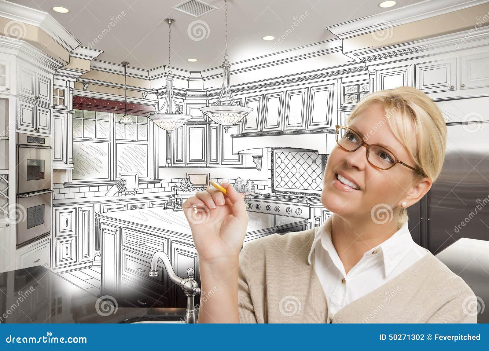 Kvinna med blyertspennan över beställnings- kökdesignteckning och foto C