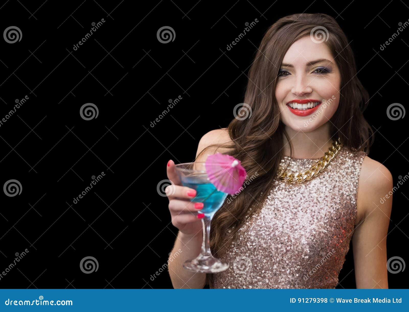 Kvinna med coctailen mot svart bakgrund