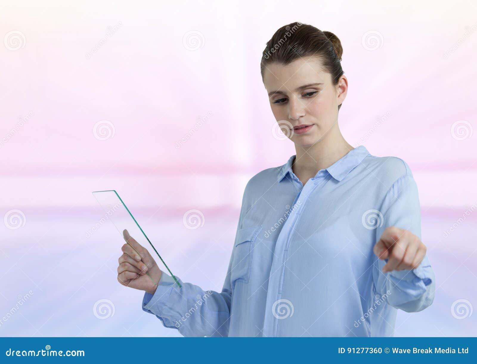 Kvinna med den glass minnestavlan med ljus bakgrund