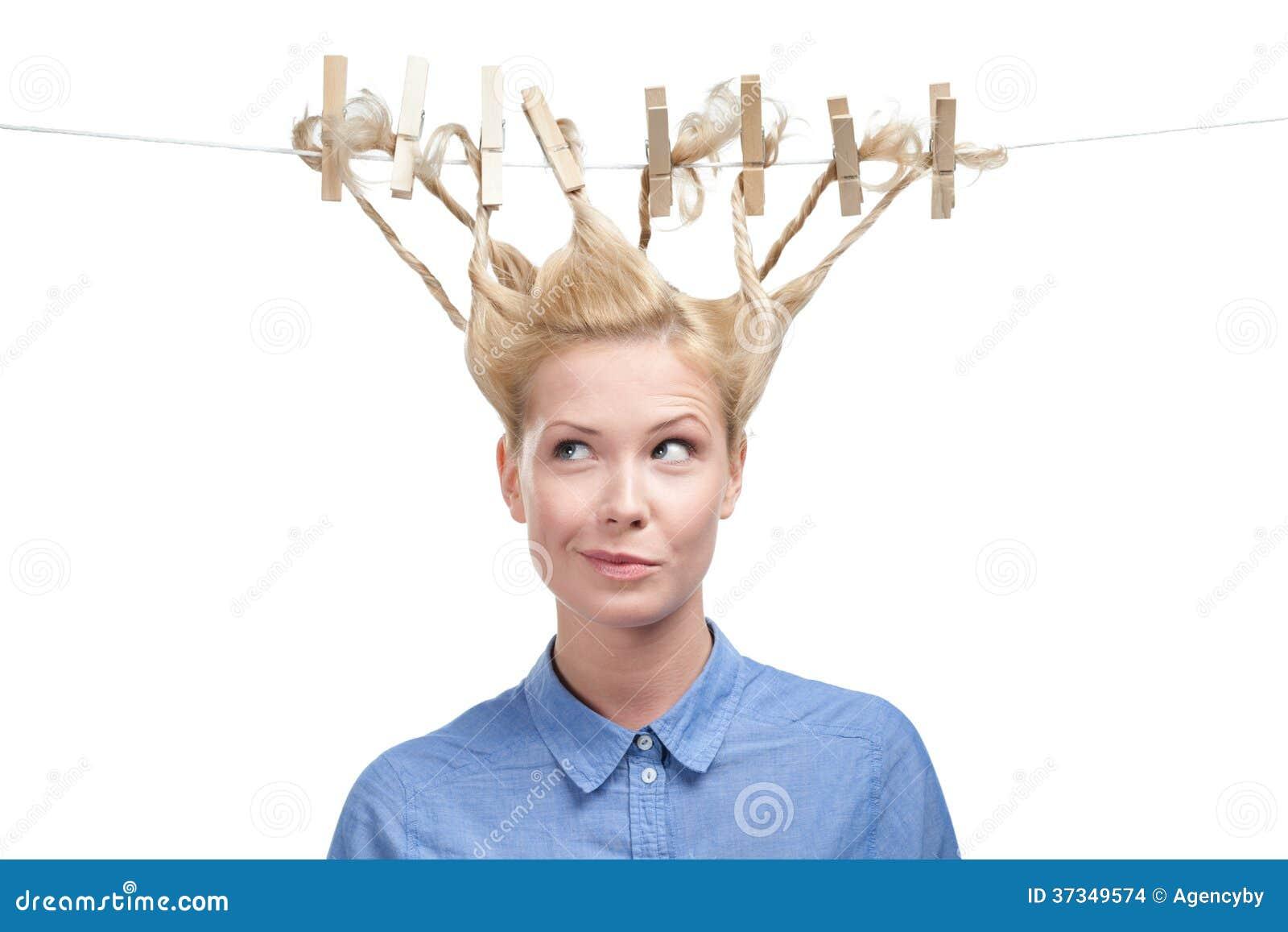 Kvinna med den idérika frisyren av klädnypor
