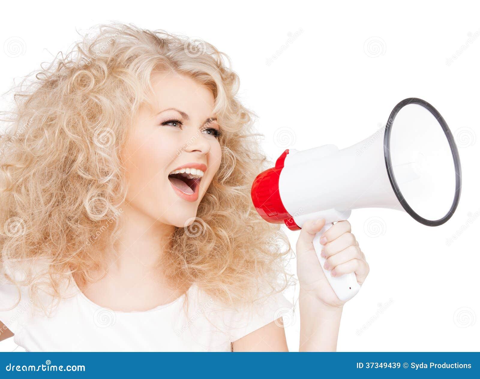 Kvinna med den långa hållande megafonen för lockigt hår