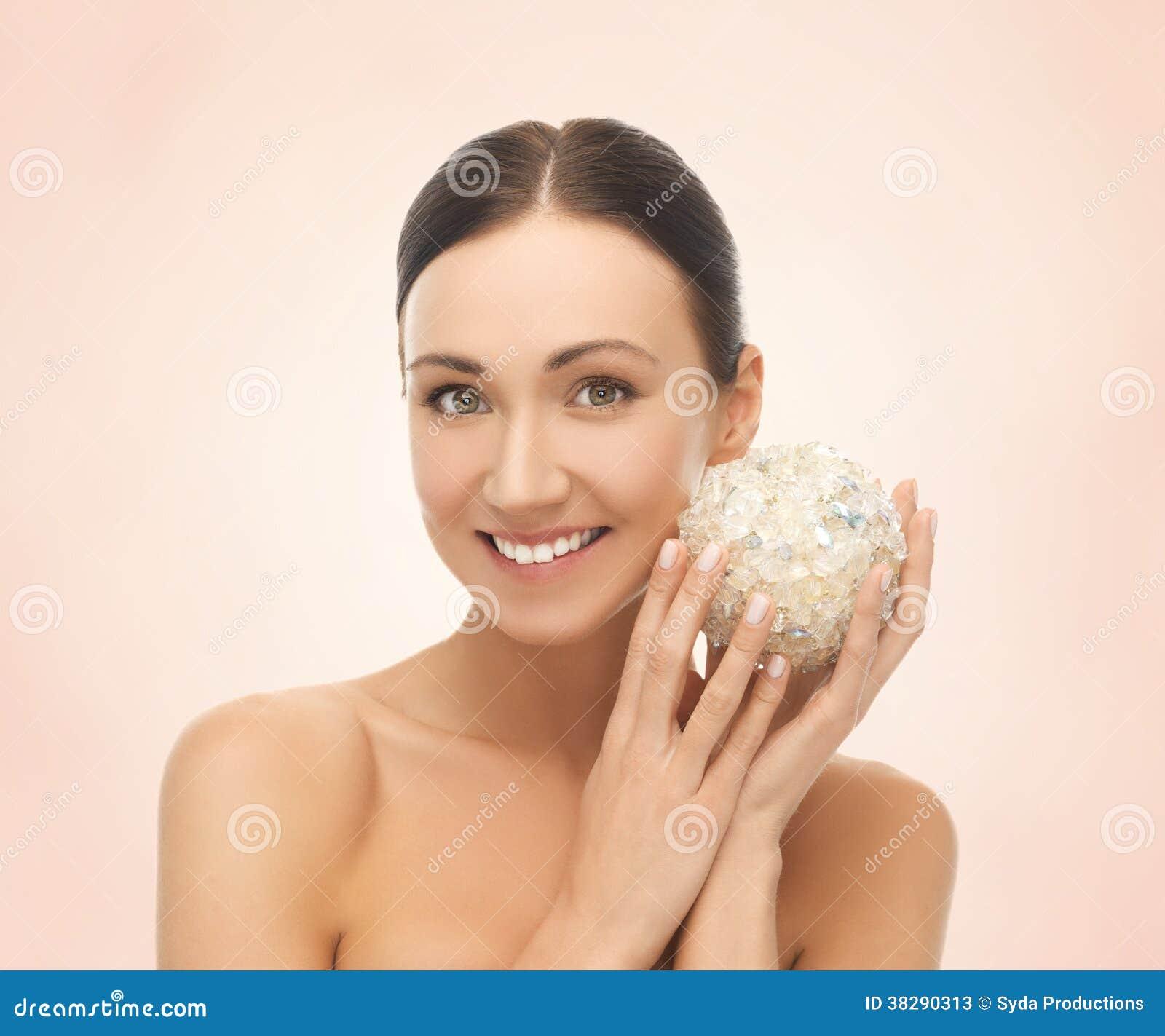 Kvinna med den salta bollen för att bada