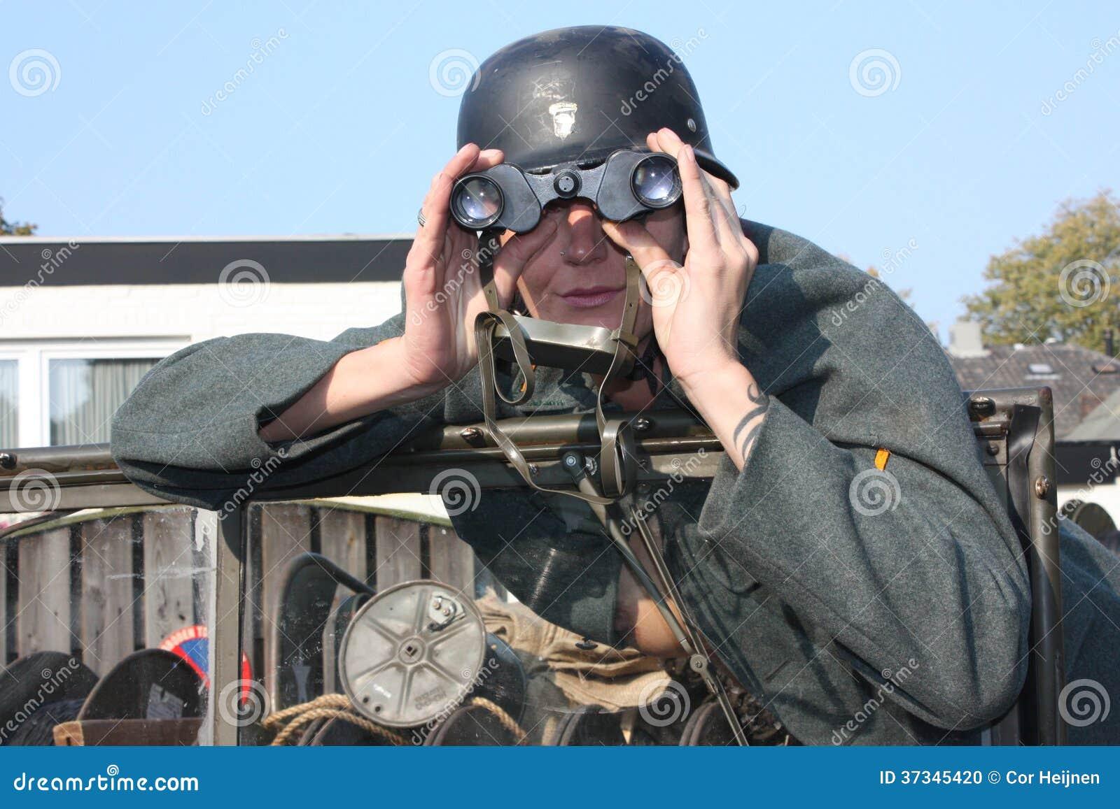 Kvinna med ett gammalt armémedel
