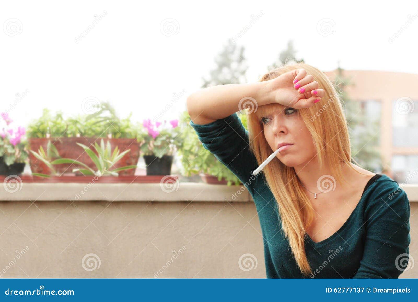 Kvinna med feber och huvudvärk