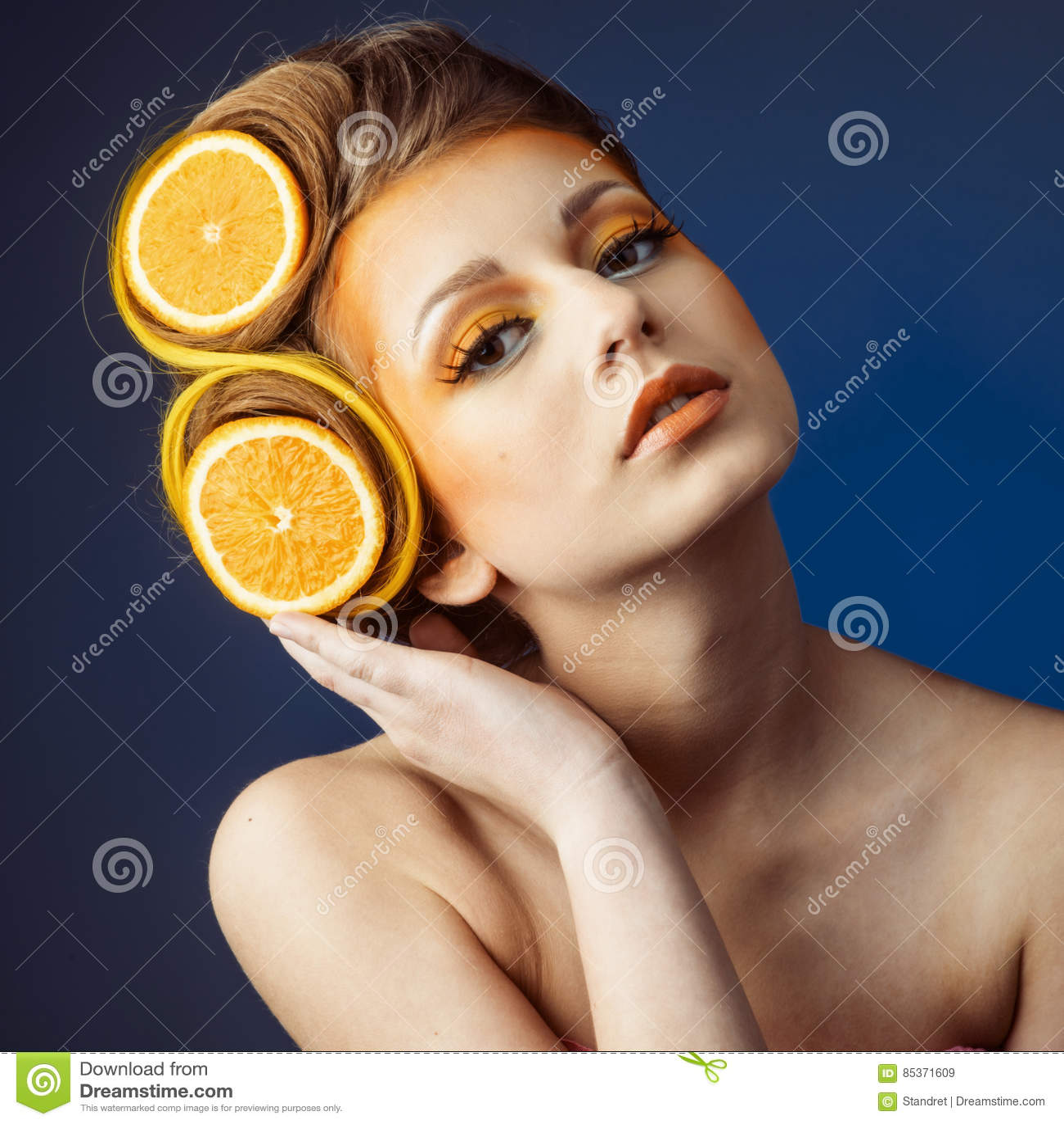 Kvinna med frukt i hår