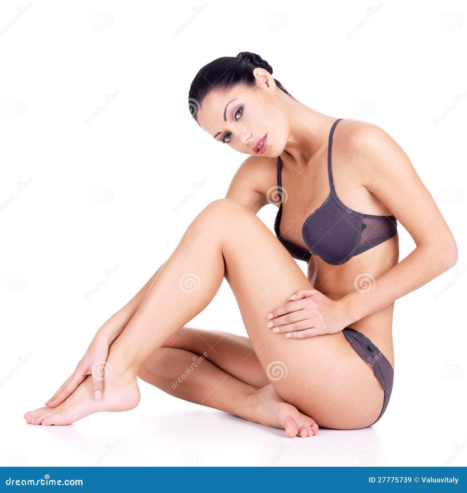 Kvinna med härliga ben i bikini