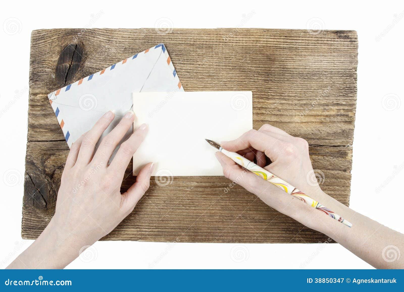 Kvinna med härliga händer som skrivar ett brev