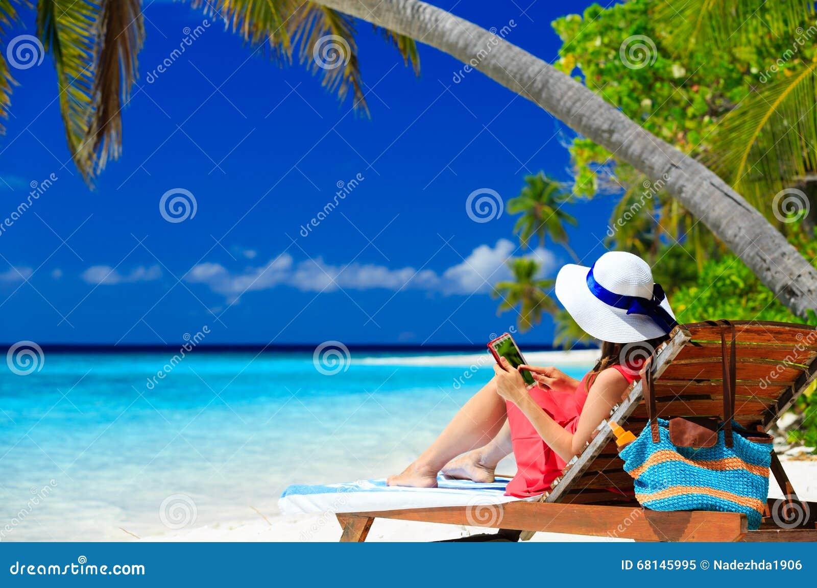 Kvinna med handlagblocket på den tropiska stranden