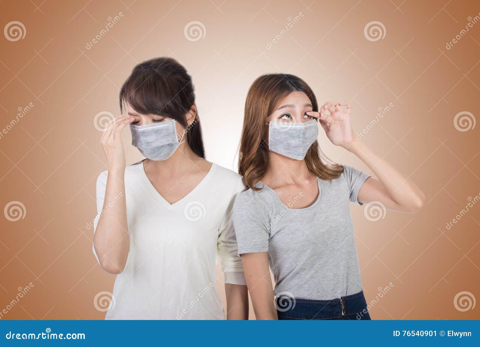 Kvinna med hennes vänner med maskeringen