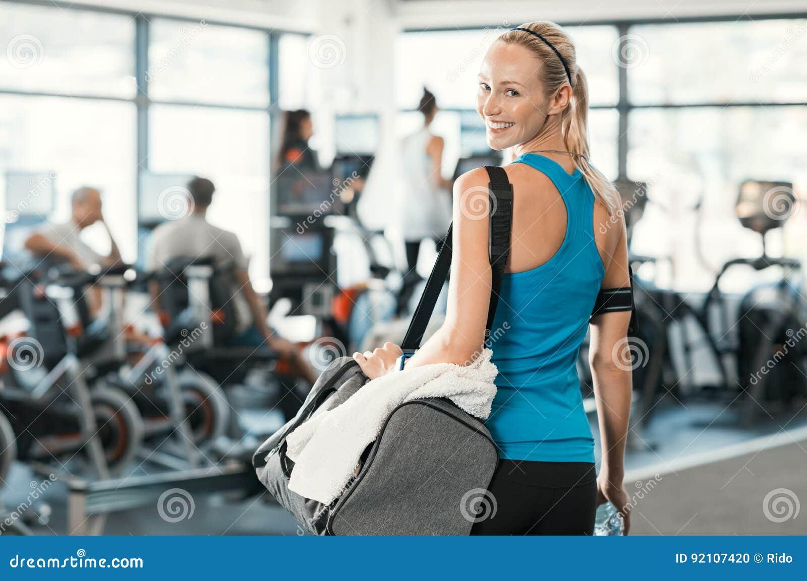 Kvinna med idrottshallpåsen