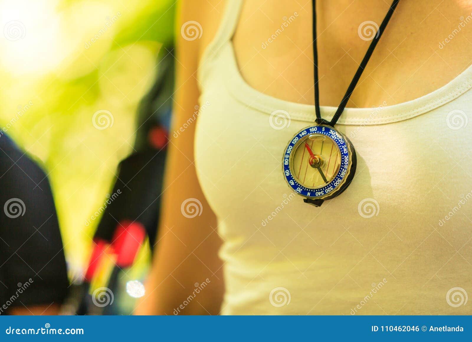 Kvinna med kompasshängen
