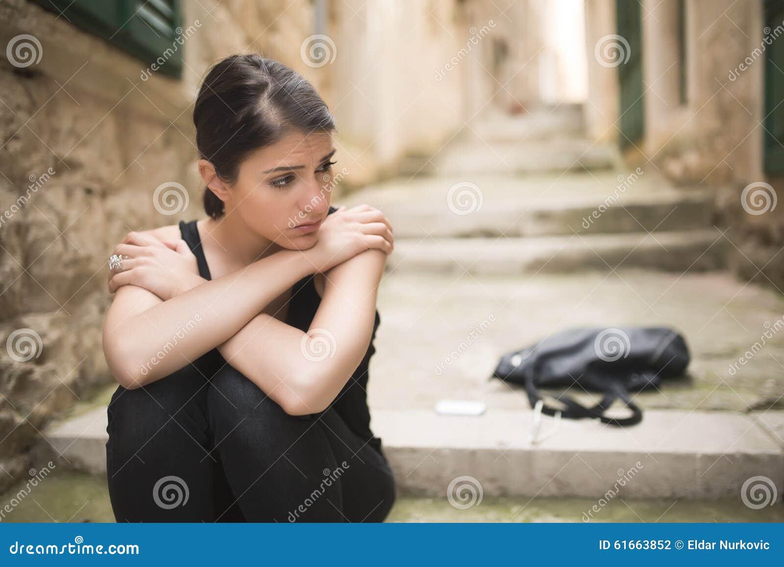 Kvinna med ledsen framsidagråt Ledset uttryck, ledsen sinnesrörelse, förtvivlan, sorgsenhet Kvinnan i affekt och smärtar Kvinna s