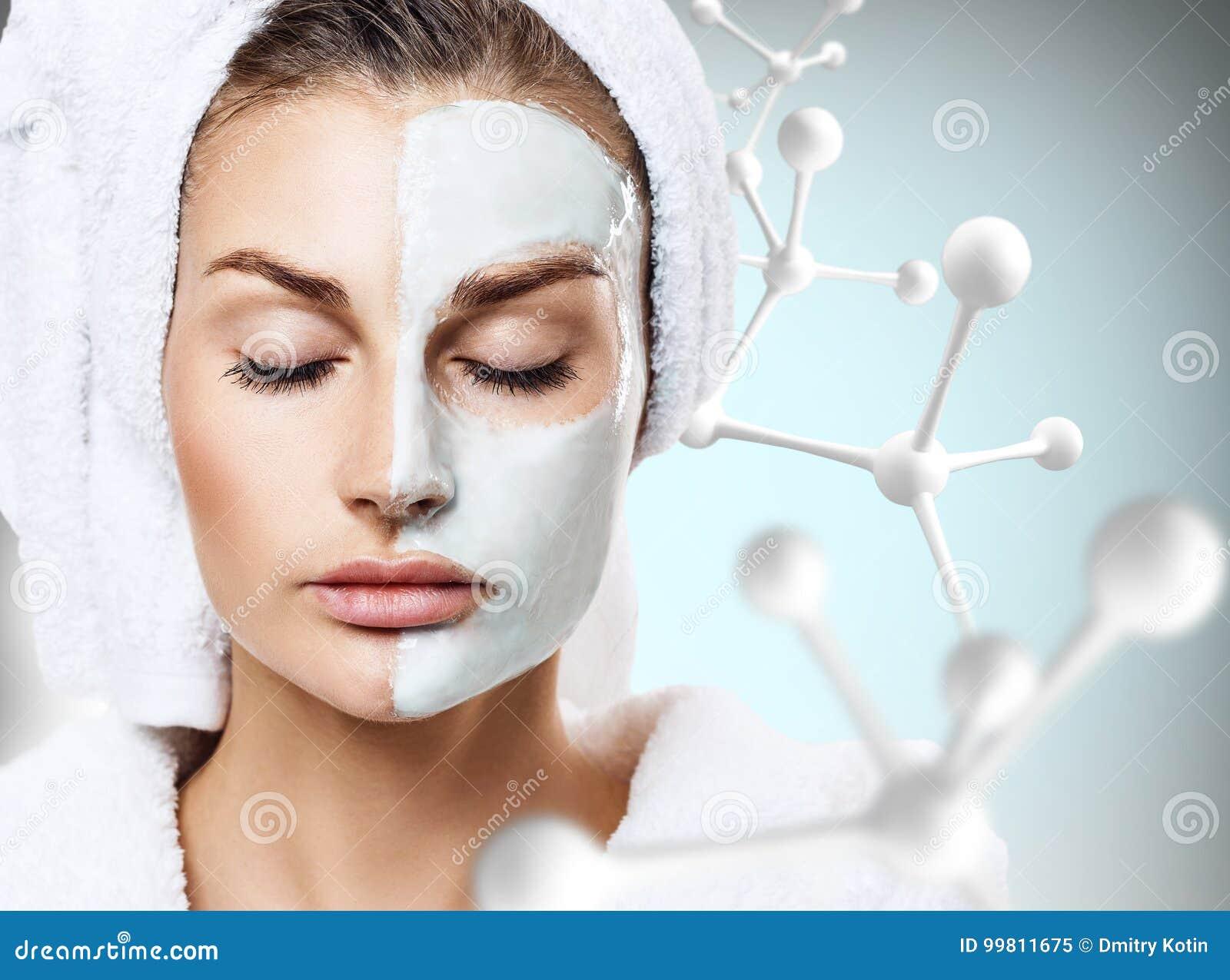 Kvinna med maskeringen på framsida i stor molekylkedja