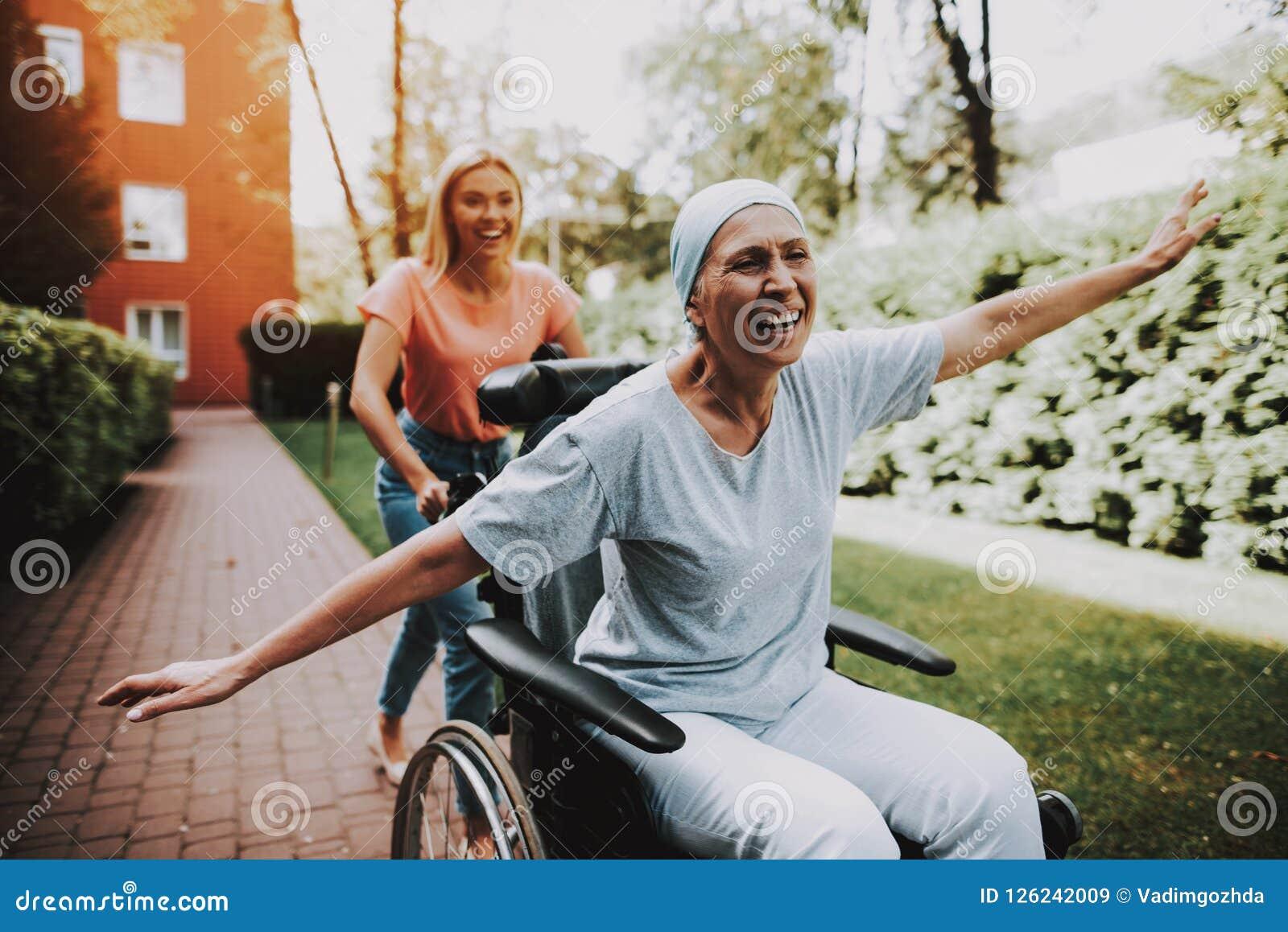 Kvinna med modern cancer barnfadergyckel som har att leka tillsammans klinik