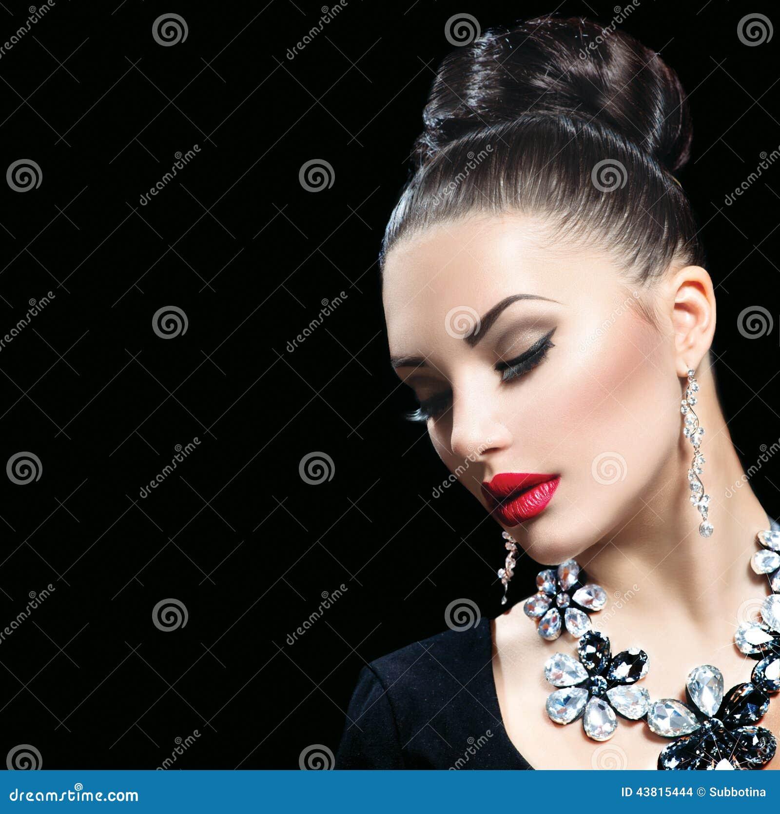 Kvinna med perfekt makeup och lyxig tillbehör