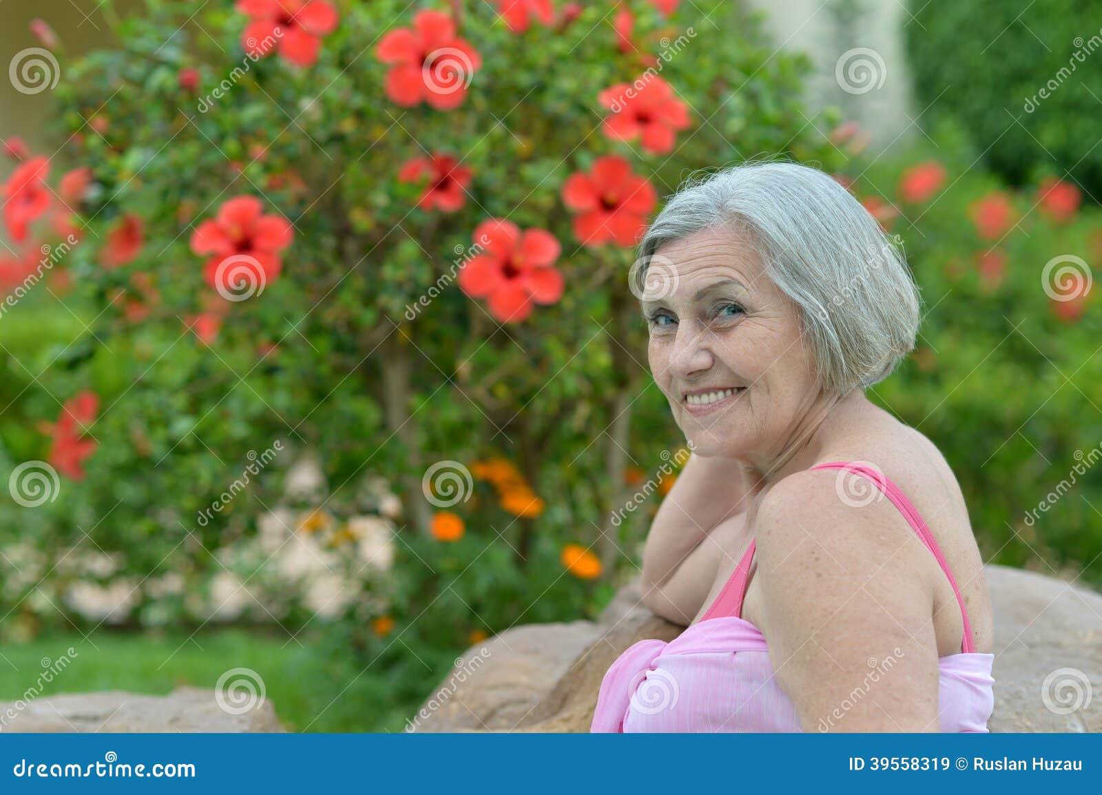 Kvinna med röda blommor