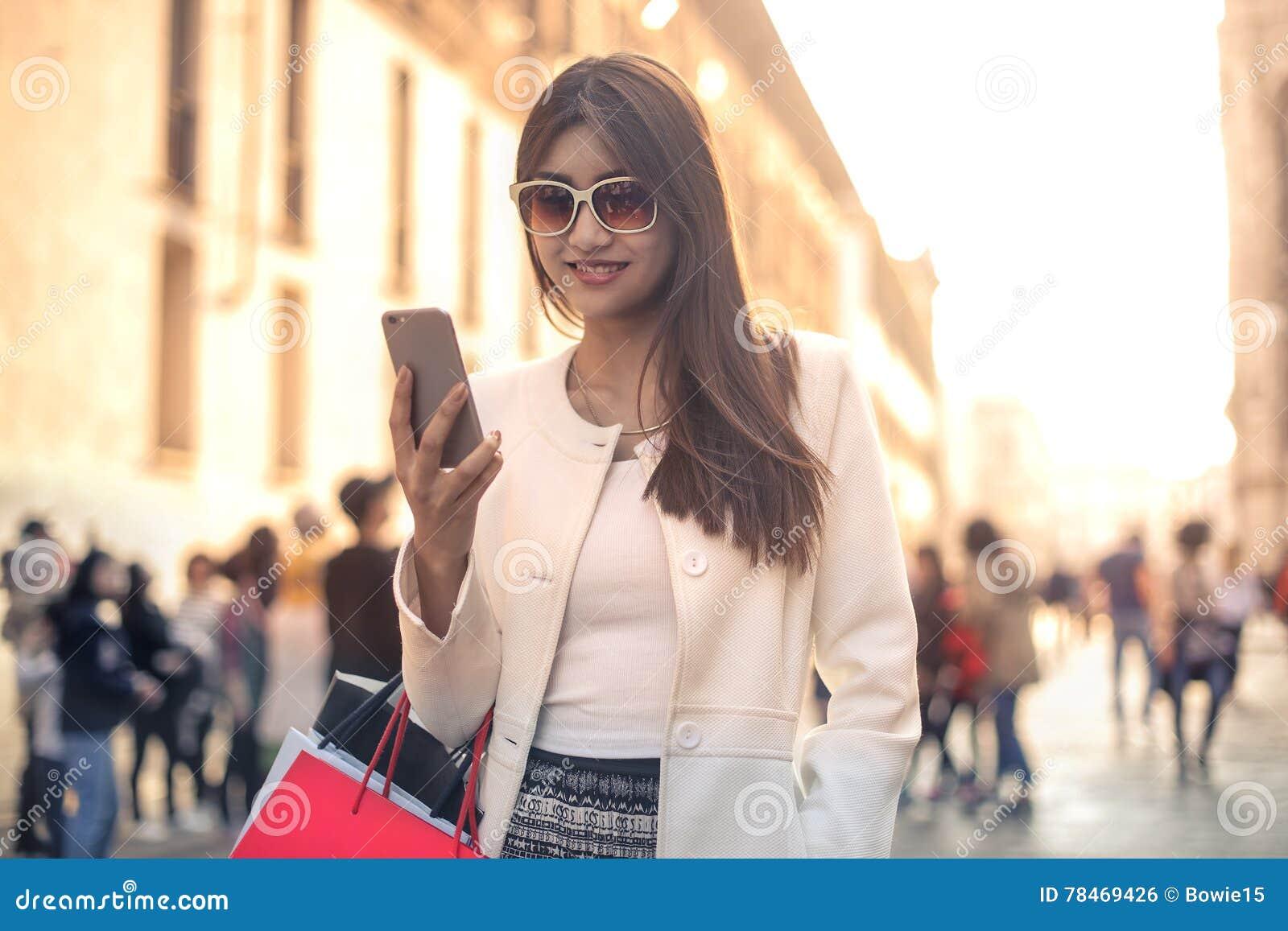 Kvinna med sändningspåsar