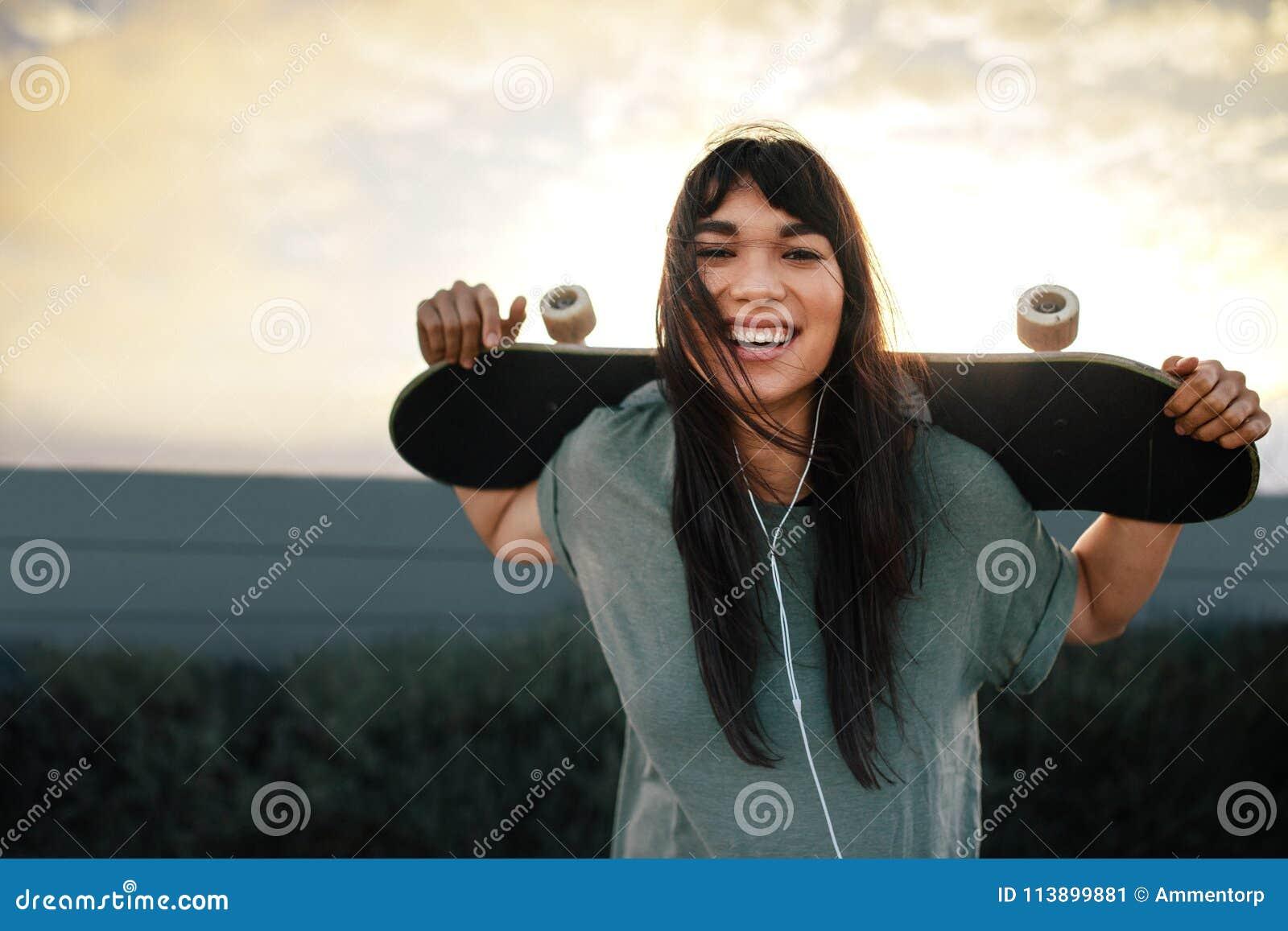 Kvinna med skateboarden utomhus