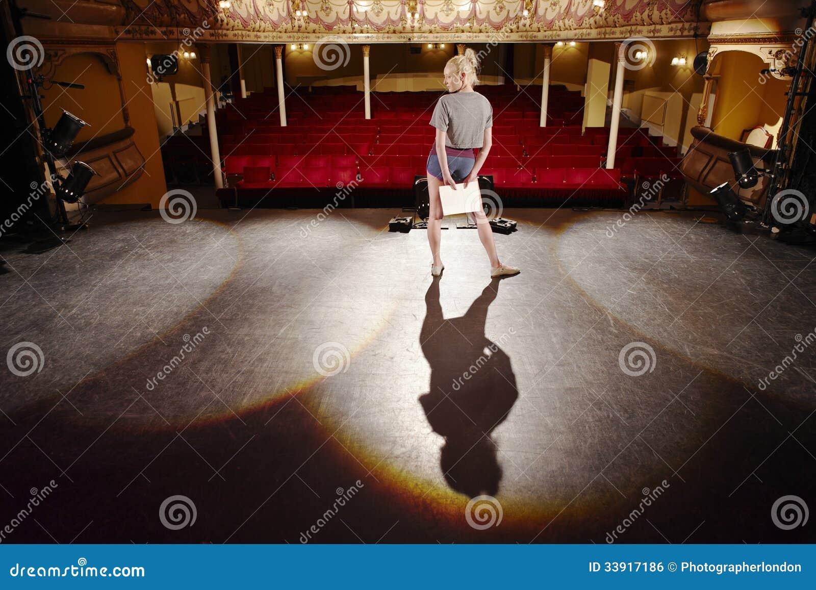 Kvinna med skriften som repeterar på etapp