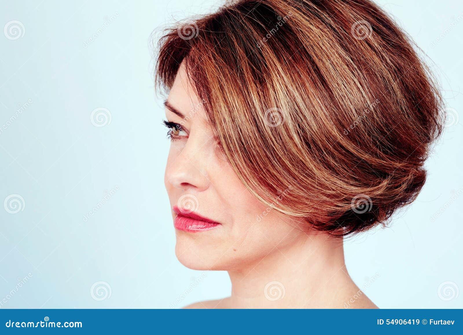 Kvinna Med Stilfull Frisyr Arkivfoto Bild