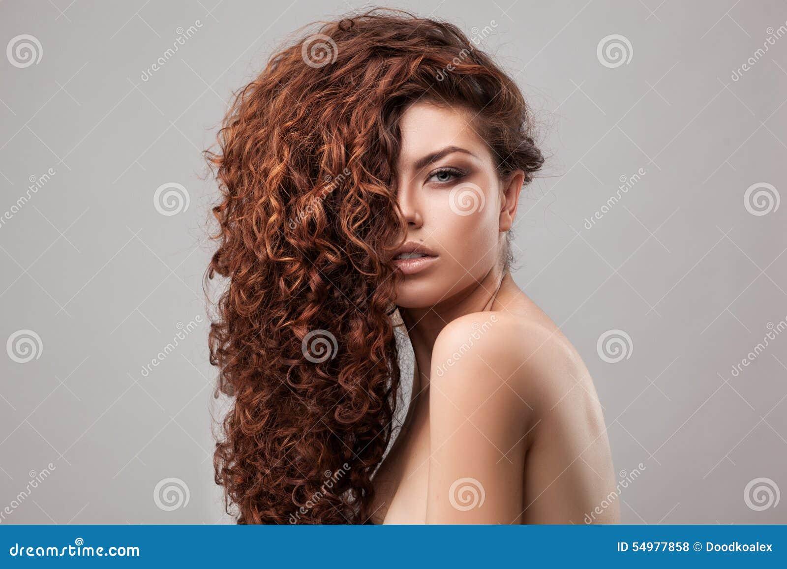 Kvinna med sunt brunt lockigt hår