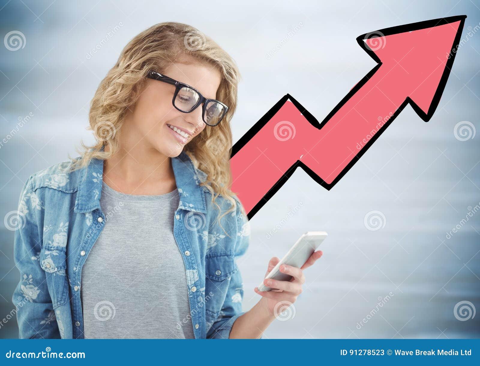 Kvinna med telefonen mot rosa pil och oskarp grå wood panel