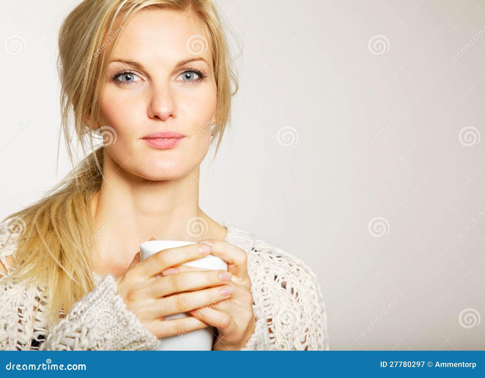 Kvinna med Unkept hår som rymmer en kopp av kaffe