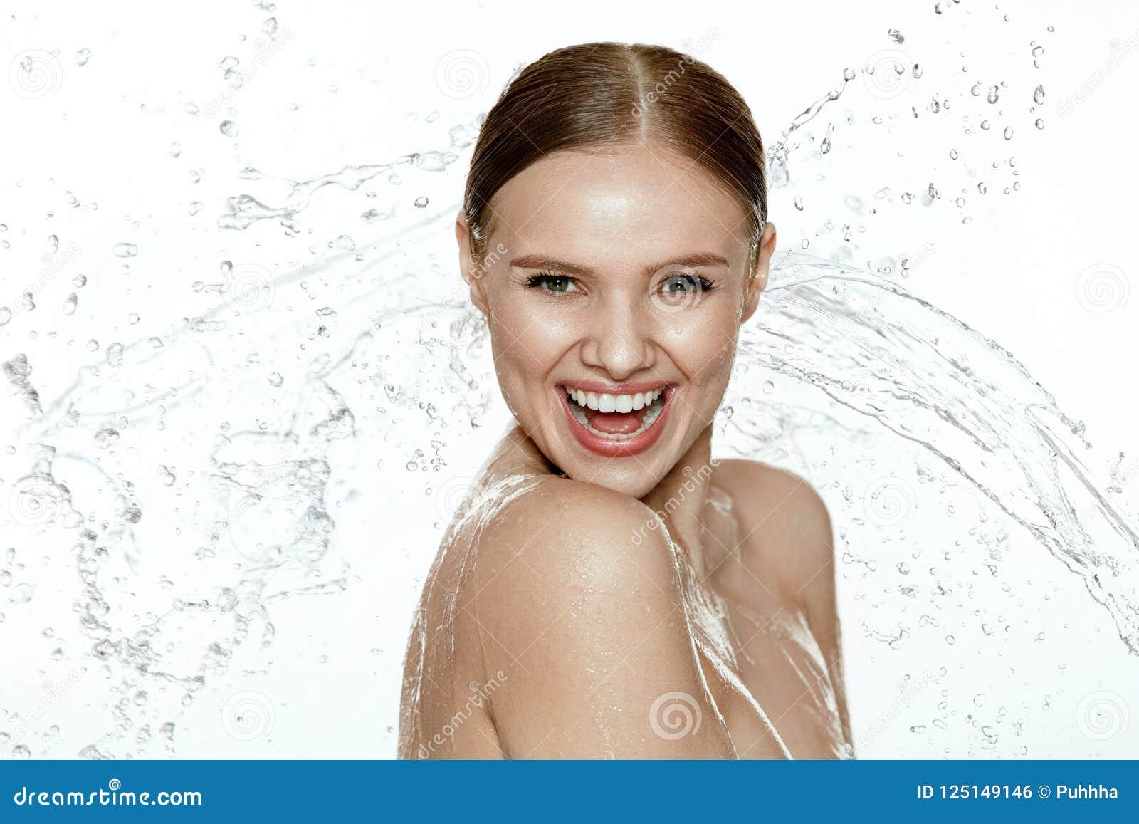 _ Kvinna med vatten på framsida och kropp brunnsorthudomsorg