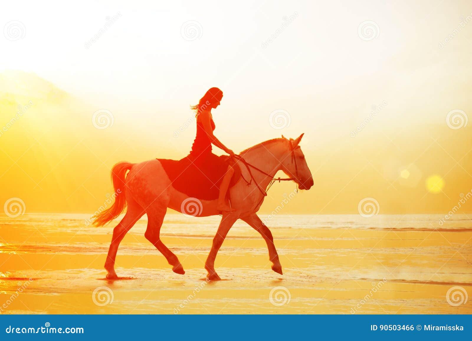 Kvinna och häst på bakgrunden av himmel och vatten Flickamodellnolla