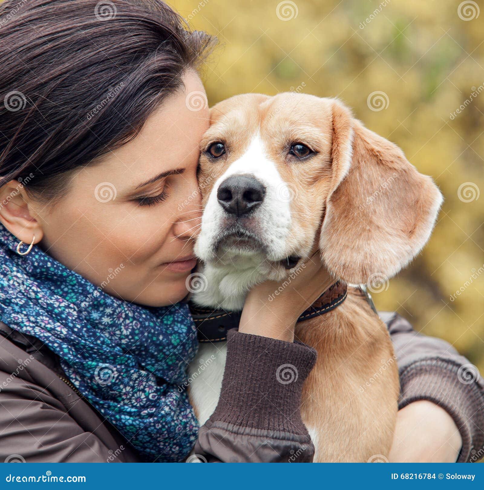 Kvinna och hennes favorit- hundstående