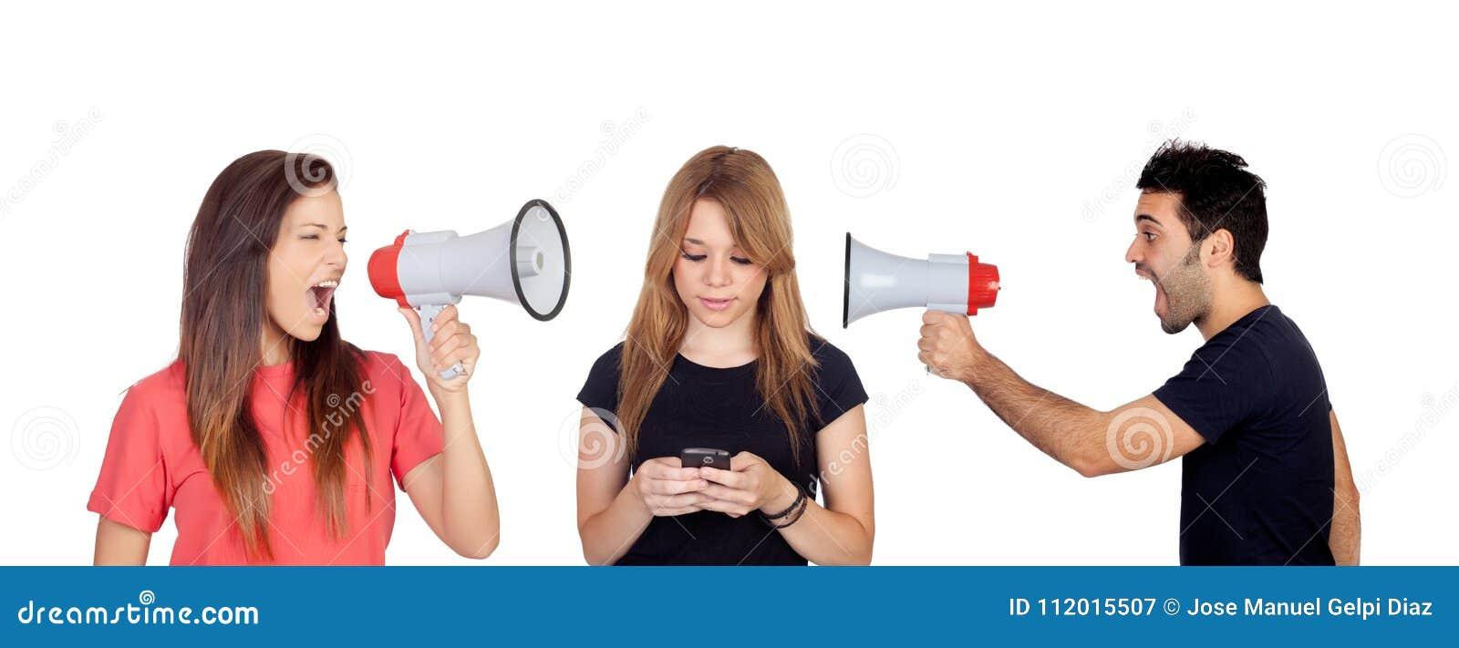 Kvinna och män med en megafon som ropar en vän med en mobil
