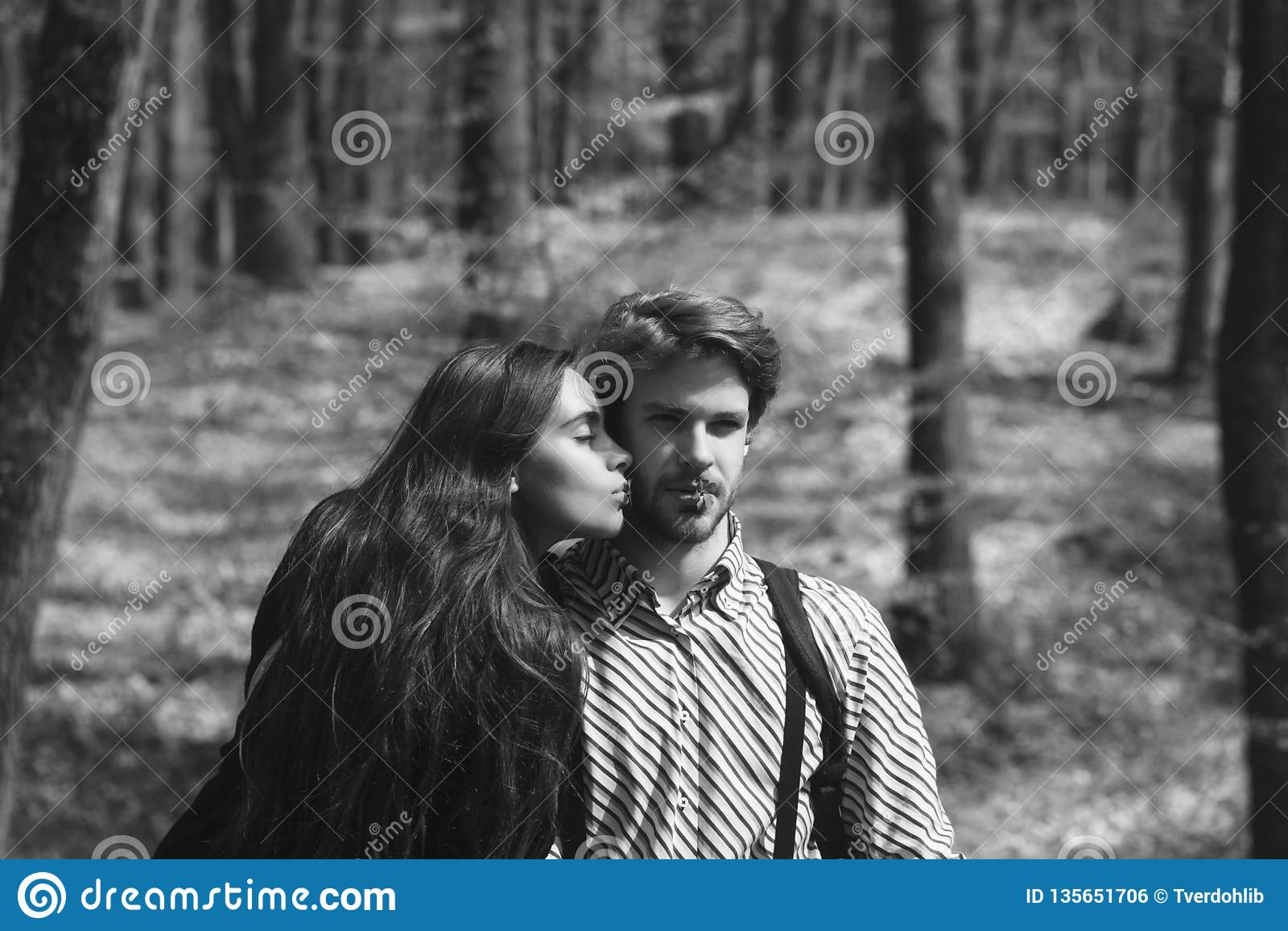 Kvinna och man på naturlig bakgrund