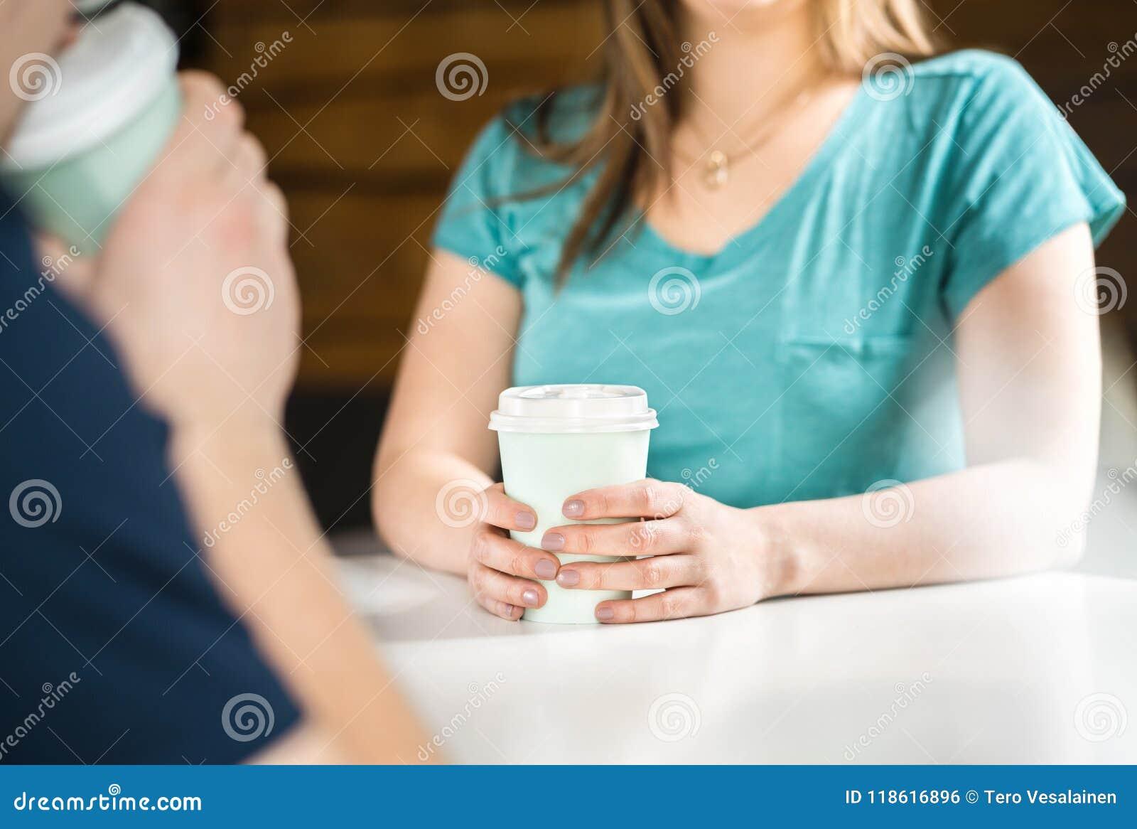 Kvinna och man som har kaffe tillsammans
