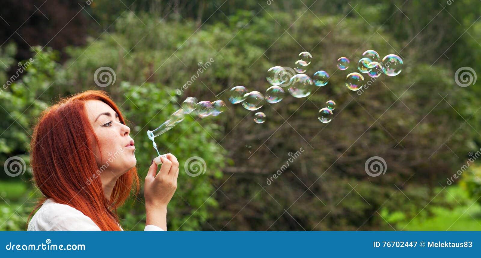 Kvinna och såpbubblor