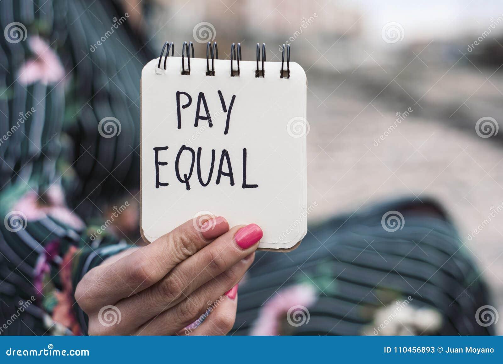Kvinna och textlönjämliket i ett stycke av papper