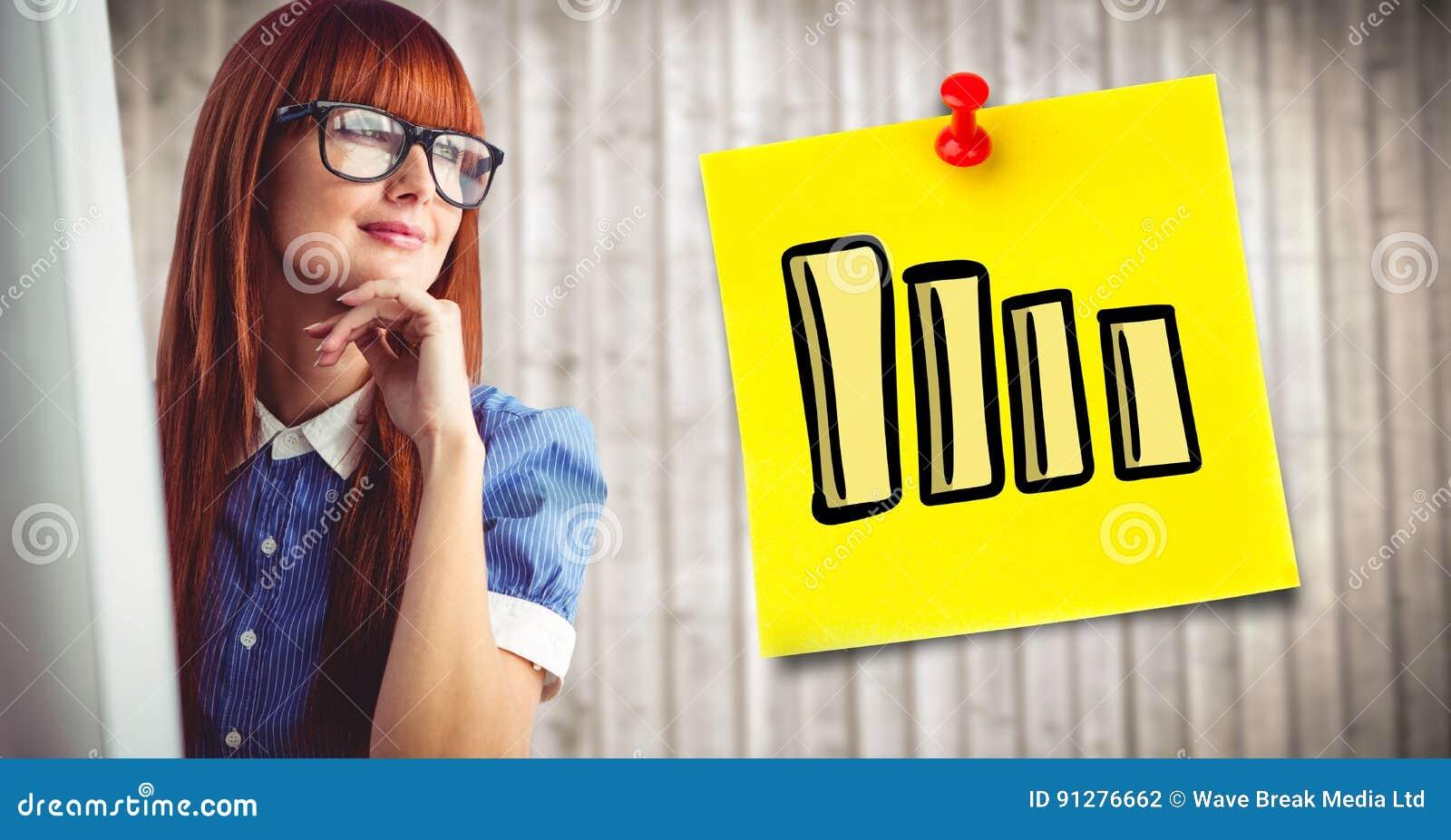 Kvinna på datoren och gul klibbig anmärkning med grafen mot oskarp wood panel