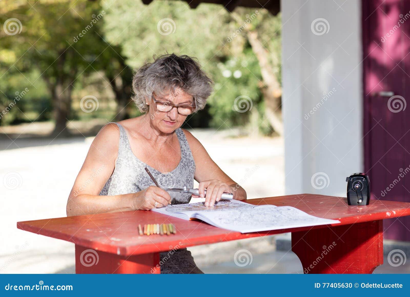 Kvinna på det röda skrivbordet