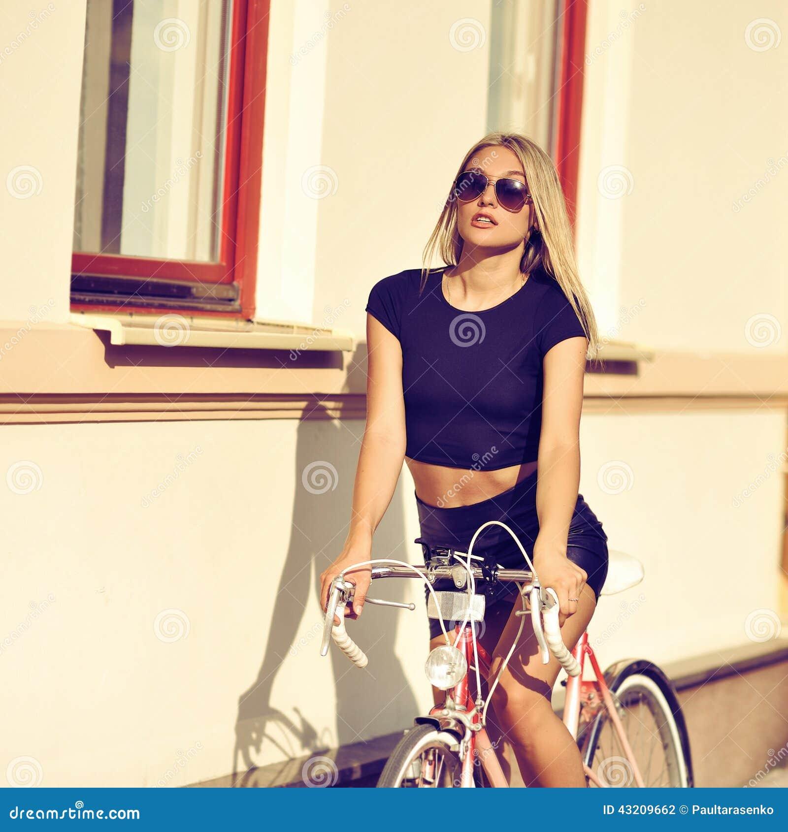 Download Kvinna på en cykel arkivfoto. Bild av stående, sitt, sommar - 43209662