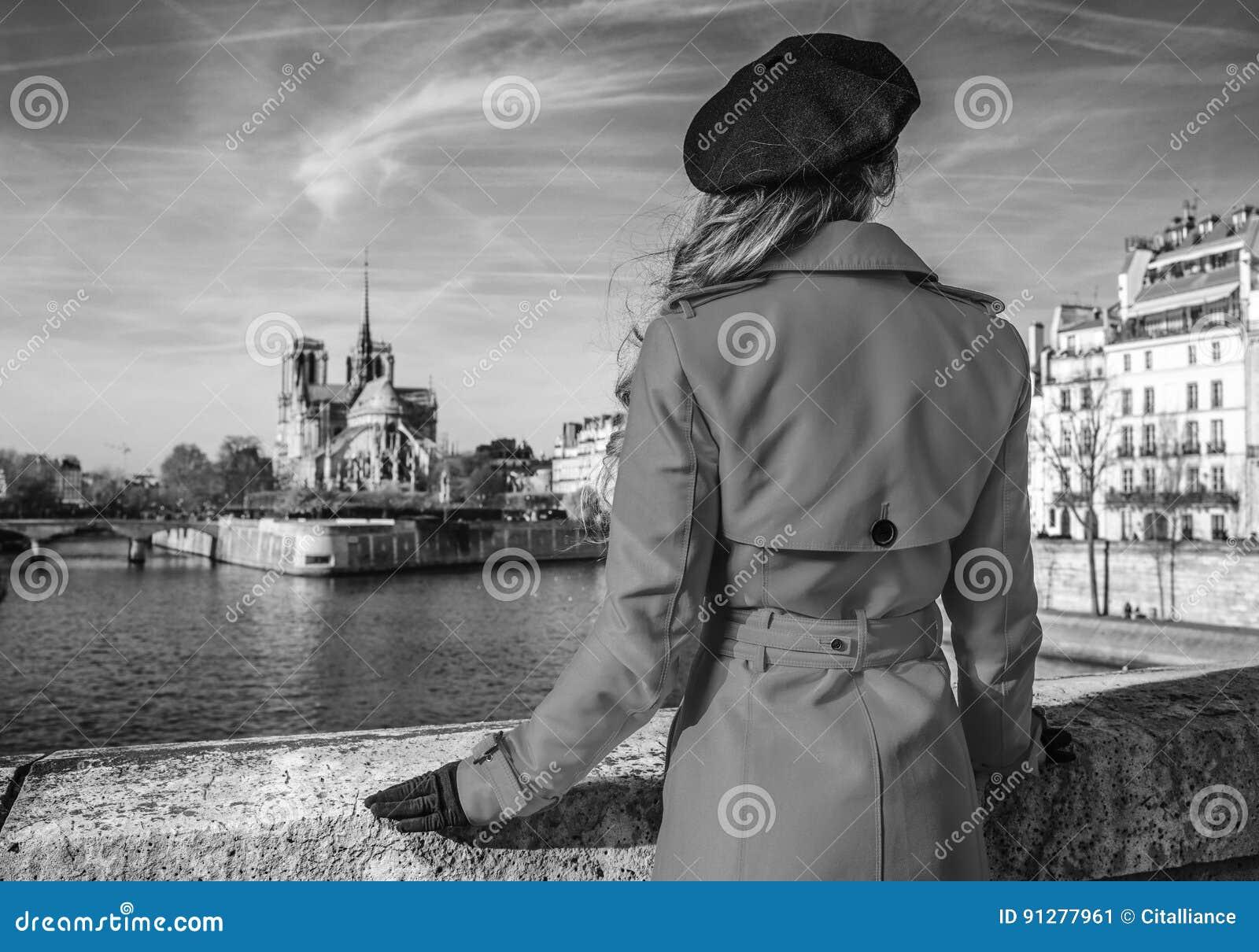 Kvinna på invallning nära Notre Dame de Paris i Paris, Frankrike
