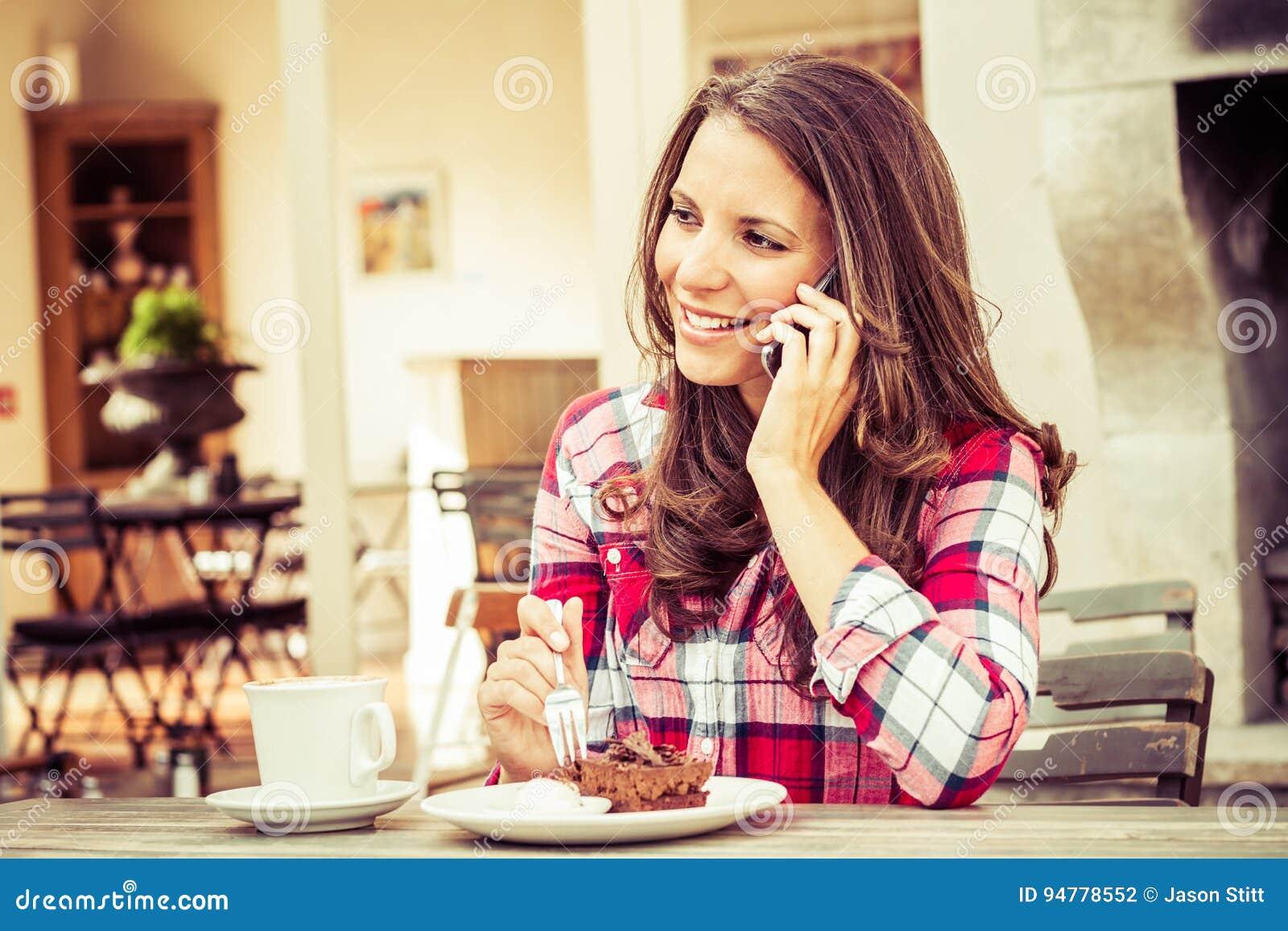 Kvinna på kafét