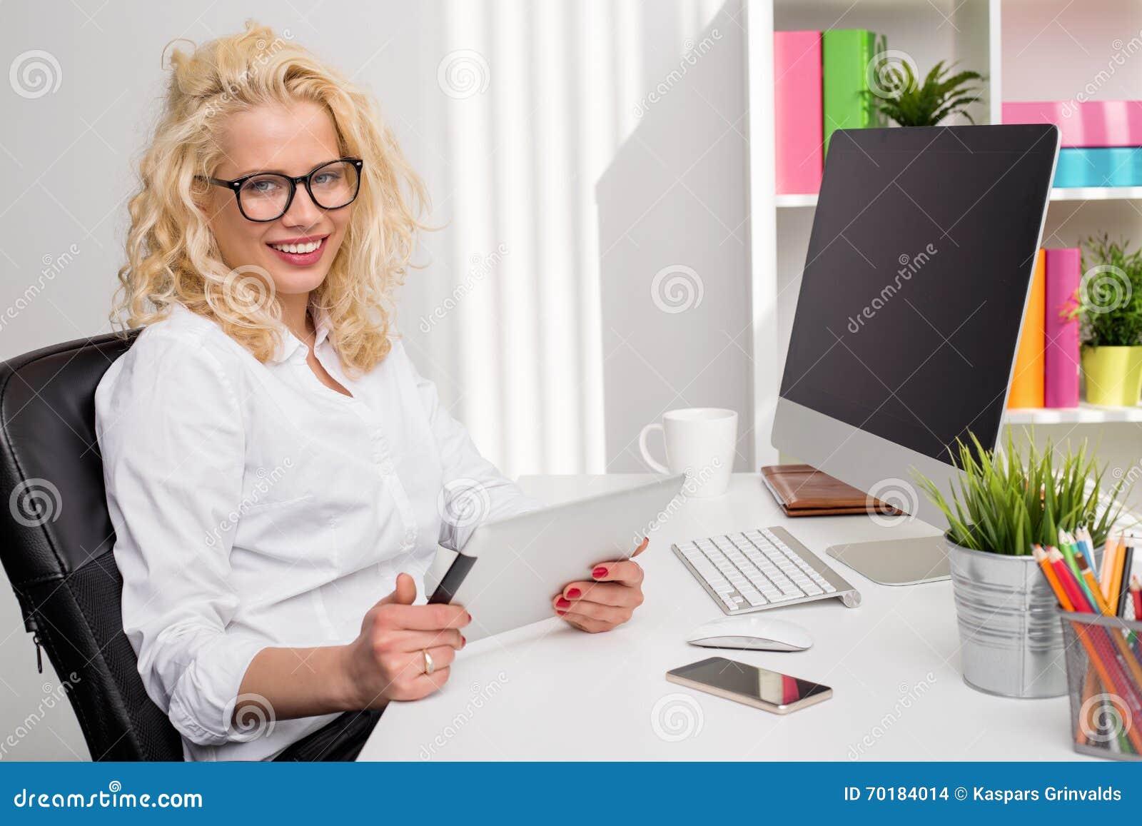 Kvinna på kontorsaktiveringen genom att använda modern teknologi