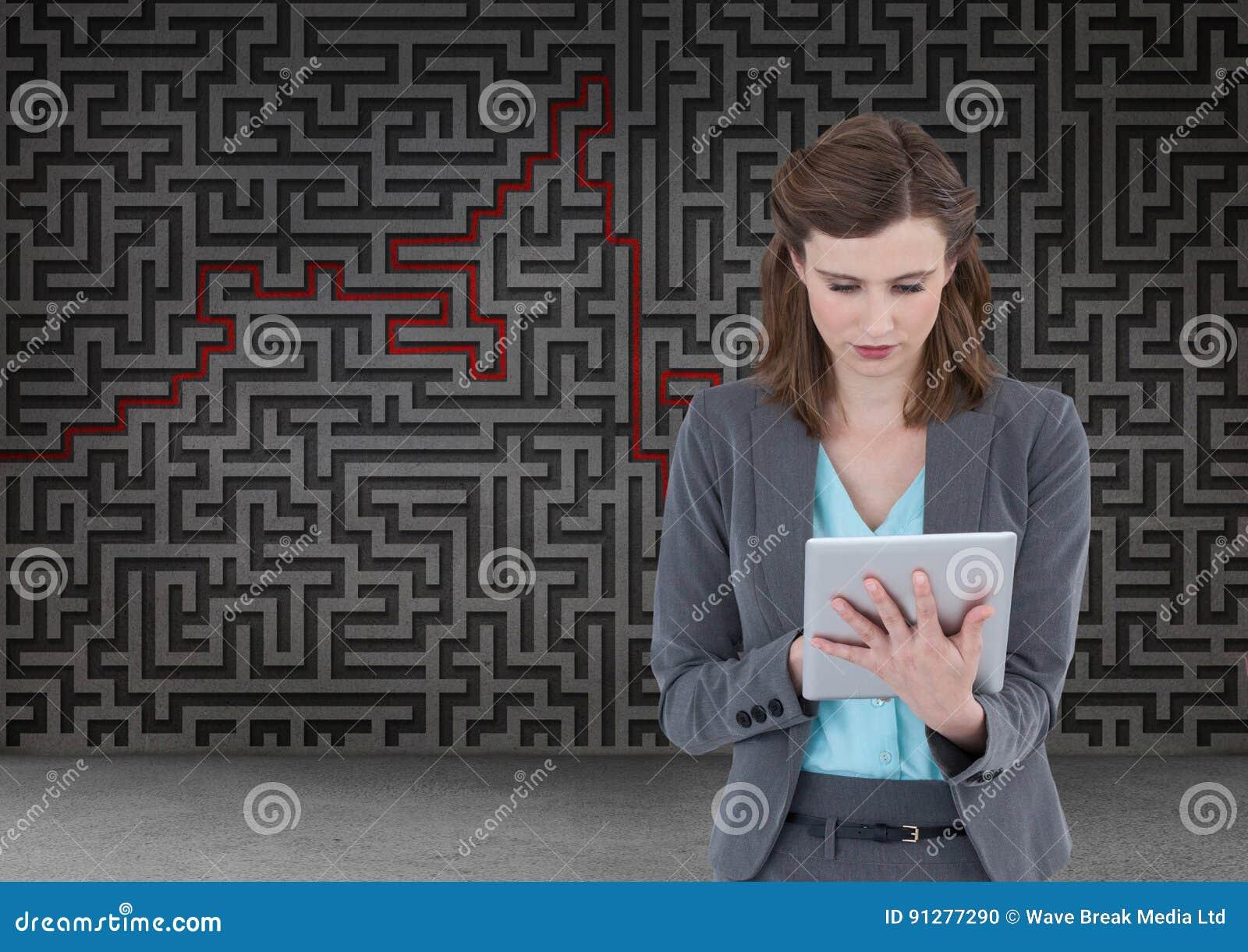 Kvinna på minnestavlan med labyrintbakgrund