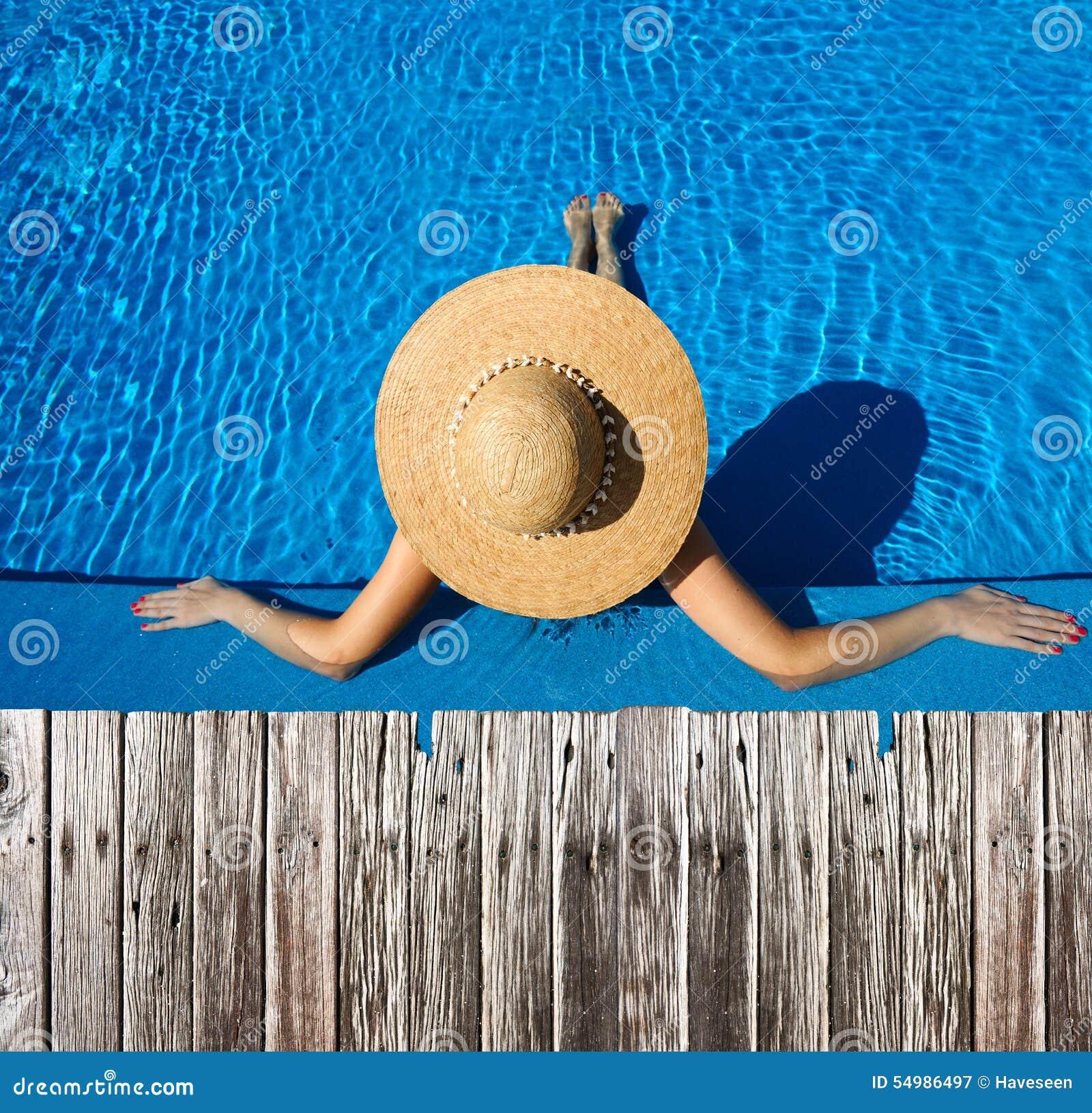 Kvinna på poolsiden