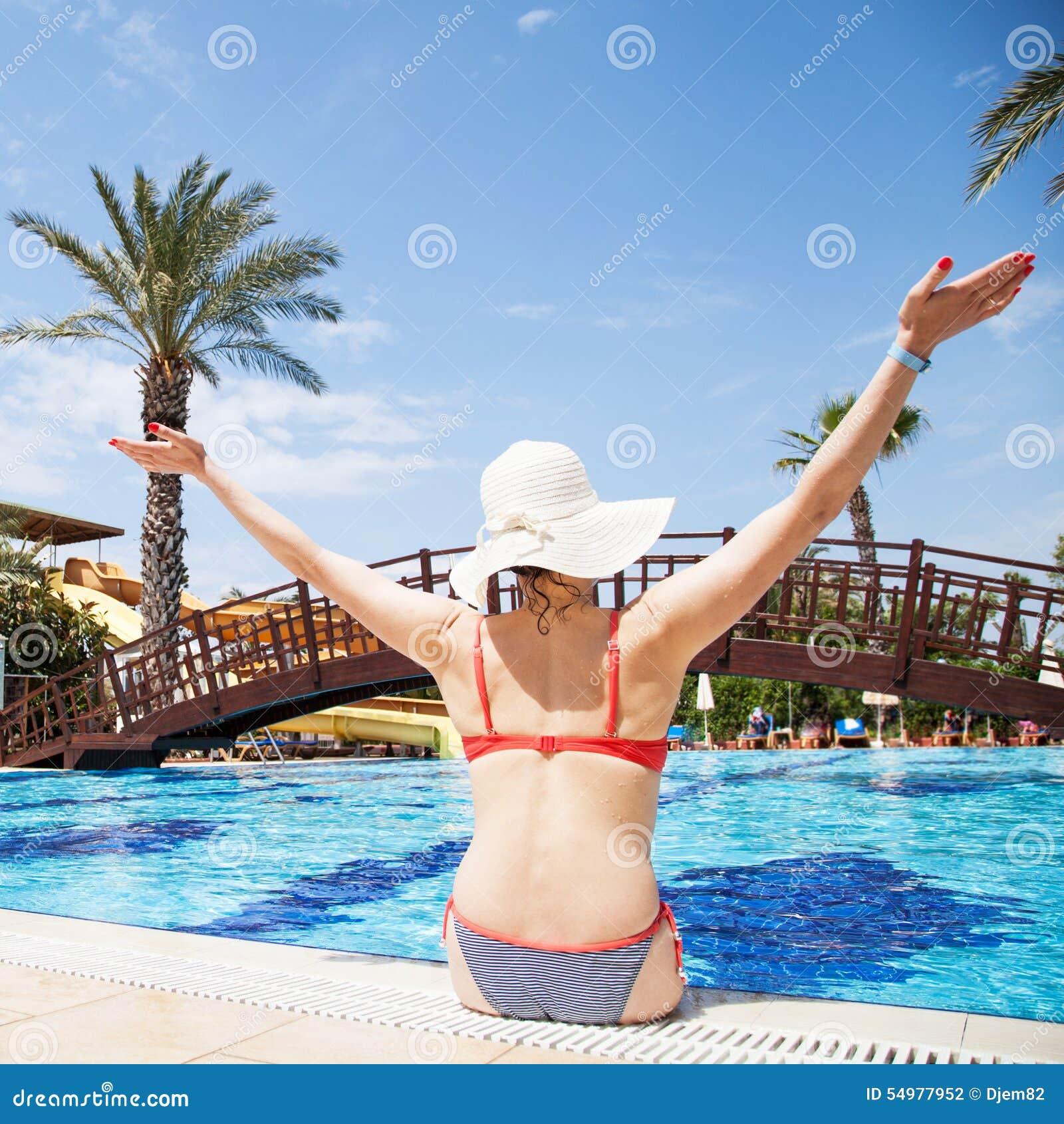 Kvinna på simbassängen