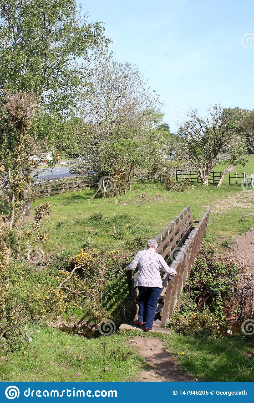 Kvinna på träspången, Lancashire bygd