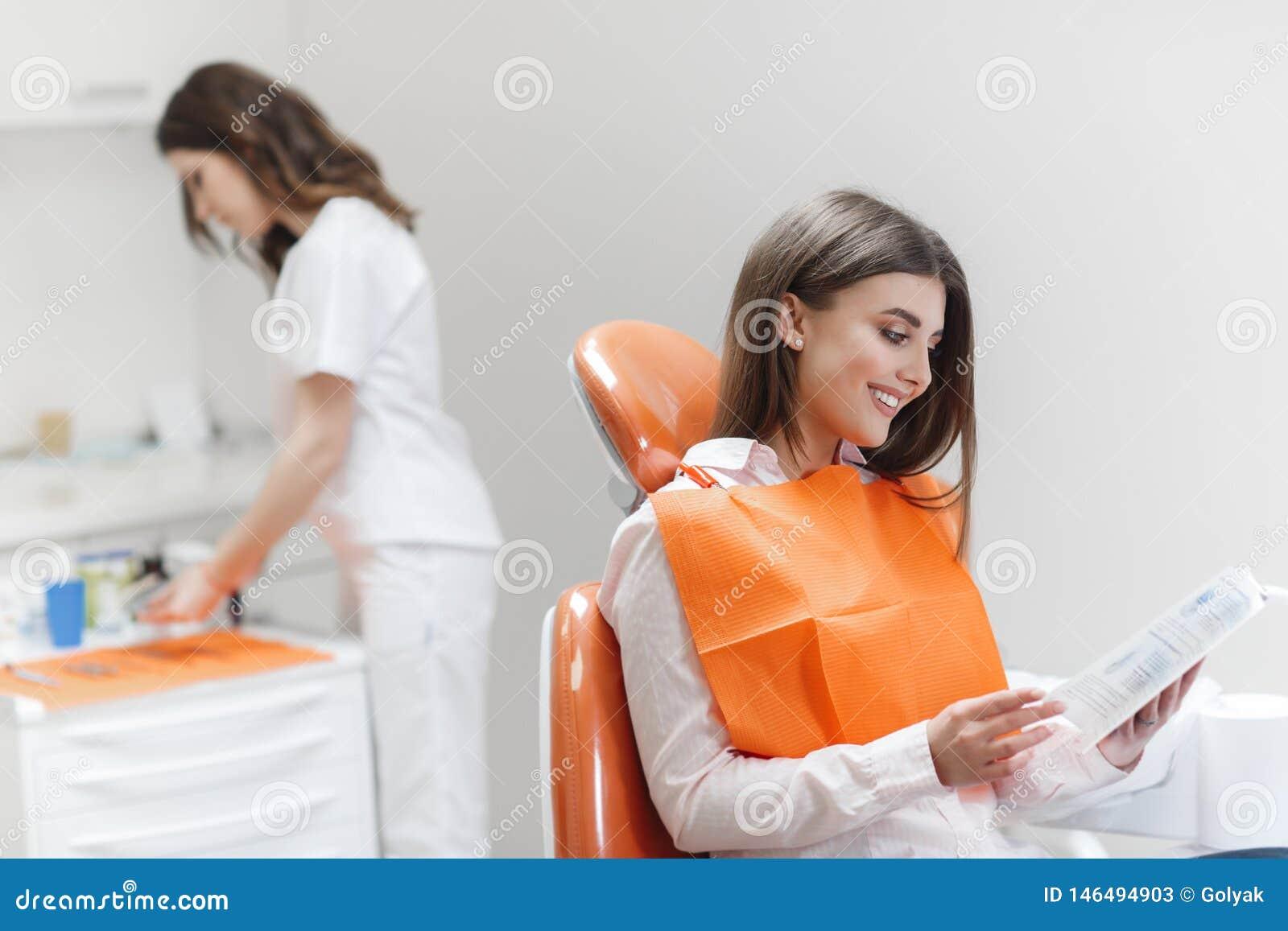 Kvinna p? mottagandet av en tandl?kare i en tand- klinik